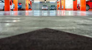 Boden ohne Ölflecken in einem Parkhaus